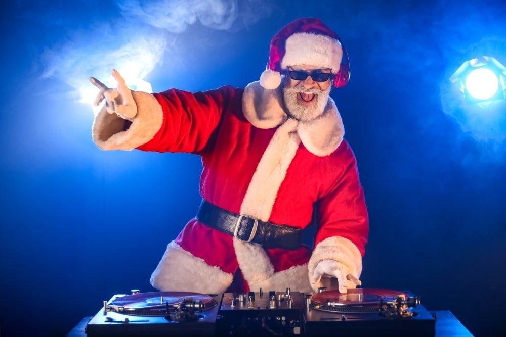 En DJ udklædt som julemand kan være fin underholdning til julefrokosten